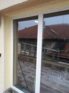 Прозорци с лепенки за почистване.