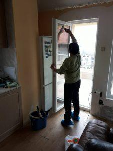 Почистване на налепи по стъклата на прозорците.