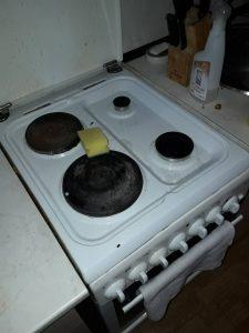 Кухня - мръсна.