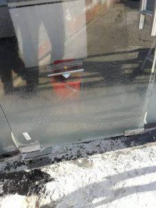Подготовка за професионално почистване на стъклената врата.
