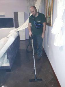 Мокро прахосмукиране след машинно подово почистване.