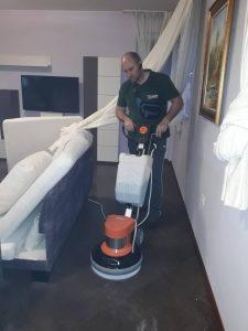 Дълбочинно почистване на теракот с машина.
