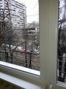 Дограма, почистена до блясък, почистени стъкла на прозорци.