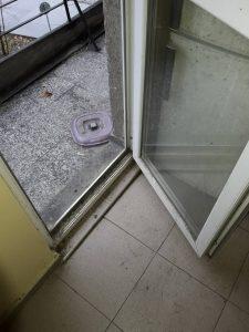 Замърсена дограма на врата към тераса.