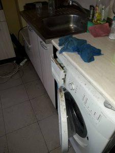 Силно замърсени бяла техника, под, мивка в кухня.