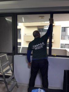 Почистване на прозорци от фирма Габрая.
