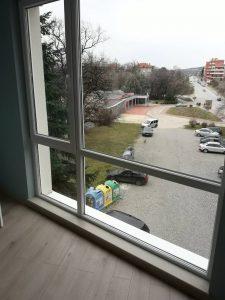 Почистени прозорци и первази.