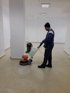 Подово машинно почистване на под.