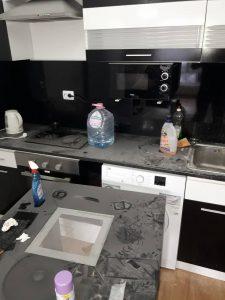 Силно замърсена кухня.