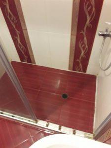 Почистена душ-кабина.