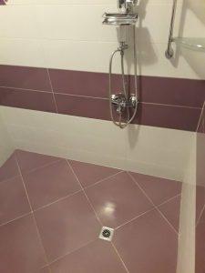 Почистени от котлен камък душ и плочки в баня.