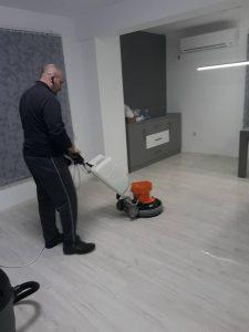 Машинно почистване на пода в стаите.