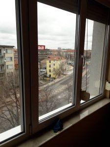 Почистване на прозорци.