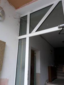 Врата от догрма и стъкла - след ремонт.