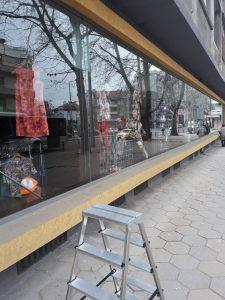 """Почистени след ремонт стъкла и дограма на магазин на бул."""" Цар Борис III"""" в Пловдив."""