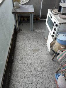 Тераса с много неща за изхвърляне и почистване.