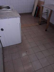 Машинно почистени плочки на под.