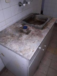 Силно замърсени плот, мивка, батерии за вода, фаянс, шкаф.