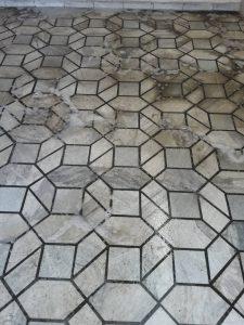 Силно замърсен мраморен под.