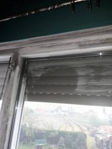 Прозорец и щори след пожар.