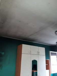 Таван , стени, мебели след пожар.