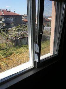 Почистени прозорци и ролетни щори.