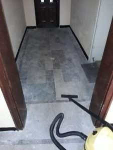 Под, замърсен при ремонт.