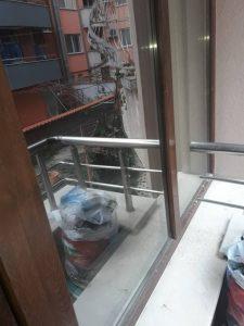 Замърсени дограма и стъкла на прозорци.
