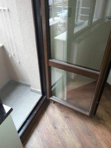 Замърсена врата на тераса.