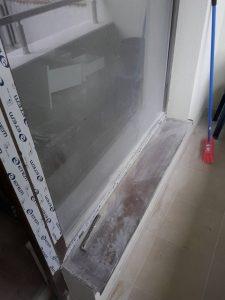 Дограми и стъкла, перваз, тераса - замърсени от ремонт.
