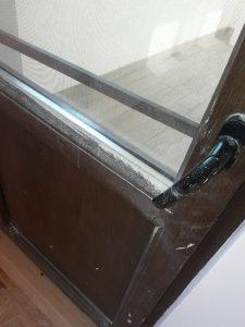 Замърсена след строителна дейност врата:
