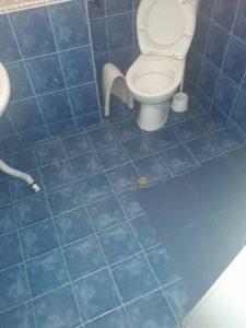 Почистена силно замърсена баня.