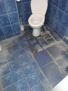 Наплъстен котлен камък в баня.
