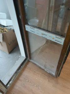 Дограма и прозорец замърсени от ремонт.