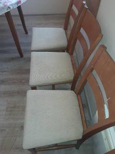Изпрани тапицирани столове.