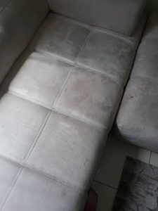 Замърсен диван - тип кожен.