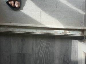 Замърсена дограма след ремонт.