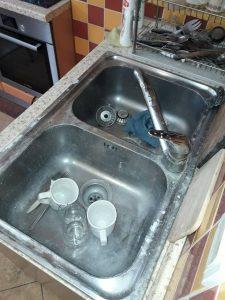 Силно замърсена кухненска мивка.