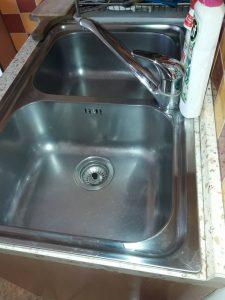 Почистена кухненска мивка.