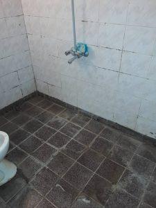 Силно замърсена баня.
