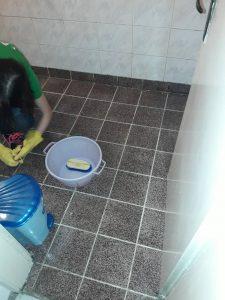Почистване на силно замърсена баня.