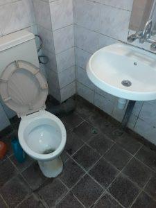Замърсен санитарен възел и баня.