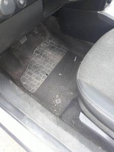 Силно замърсен под на автомобил.