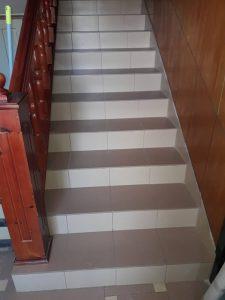 Почистено след ремонт стълбище.