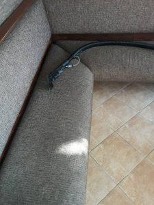 Замърсена тапицерия на дивани.