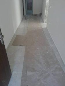 Замърсен от строеж коридор.