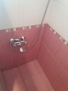 Почистени плочки в баня.