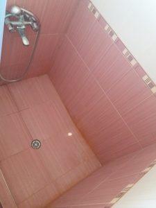 Замърсени плочки в баня.