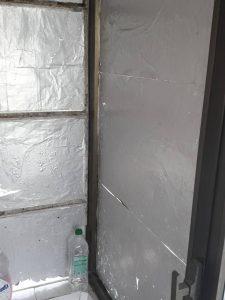Прозорци със залепено фолио.