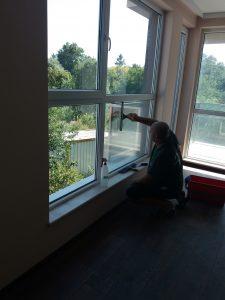 Почистване на стъклата на прозорците.